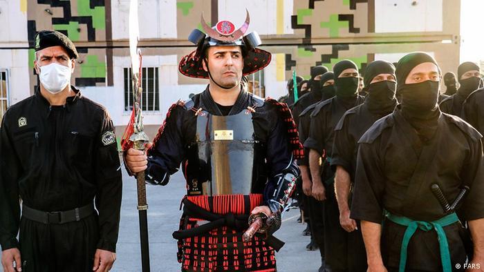 یک عضو یگان ویژه پلیس ایران با لباس و تجهیزات شبیه ساموراییها