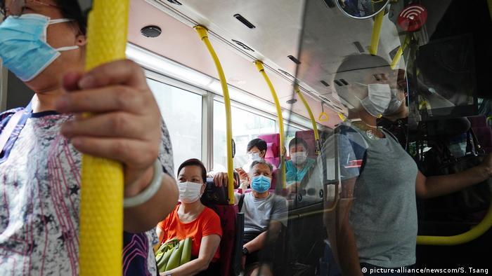 Coronavirus | China Hongkong Tsz Wan Shan | Reisende im Bus mit Masken