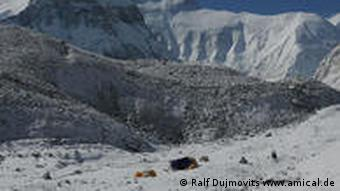 Basislager an der Mount Everest-Nordwand, April 2010 / © Ralf Dujmovits www.amical.de