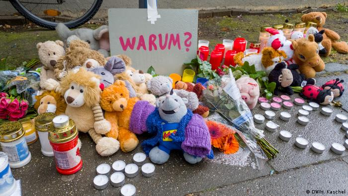 Flowers and stuffed animals and candles at a memorial site in Solingen (DW/H. Kaschel)