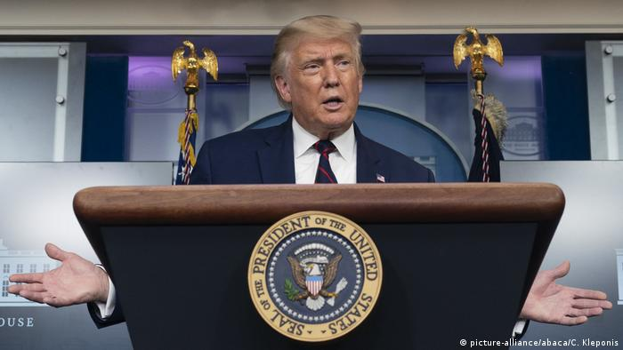 Presidente Donald Trump em púlpito durante entrevista coletiva