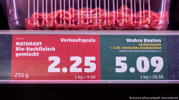 В магазин на Пени: цената отляво е продажната, а тази отдясно показва каква е реалната цена на продукта