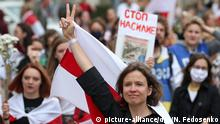 05.09.2020, Belarus, Minsk: MINSK, BELARUS - SEPTEMBER 5, 2020: An opposition activist shows the victory gesture during a women's rally near the Komarovsky Market. Since the announcement of the 2020 Belarusian presidential election results on August 9, mass protests against the election results have been erupting in major cities across Belarus. Natalia Fedosenko/TASS Foto: Natalia Fedosenko/TASS/dpa |