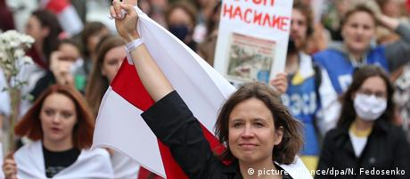 Девушка с флагом на демонстрации в Минске