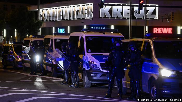 Die Polizei war am Samstag - wie hier am Connewitzer Kreuz - mit mehreren Hundertschaften im Einsatz