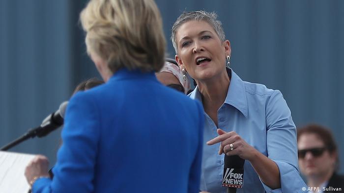 Die Korrespondentin von Fox News, Jennifer Griffin, 2016 im Gespräch mit Trump-Gegenkandidatin Hillary Clinton (Foto: AFP/J. Sullivan)