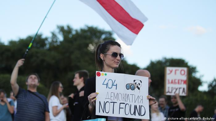 Девушка с плакатом в поддержку сотрудников компании PandaDoc в ходе акции 4 сентября в Минске