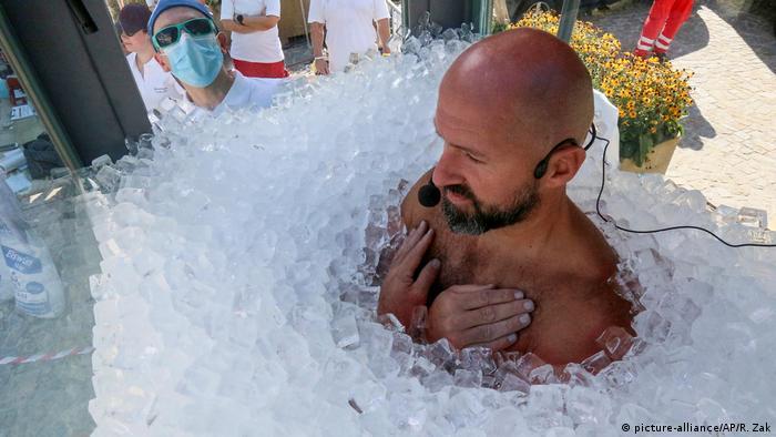 Jozef Kerbel, austrijski ekstremni sportista, plivač u ledenoj vodi, uspeo je da obori svetski rekord i poboljša svoj prethodni za čak 20 minuta. On je u staklenoj kabini napunjenoj ledom proveo dva sata, 30 minuta i 57 sekundi. Inače 42-godišnji Kerbel je zaposlen u Ministarstvu za zaštitu klime u Austriji.