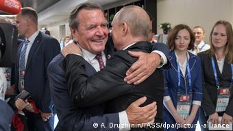 Герхард Шрёдер и Владимир Путин обнимаются