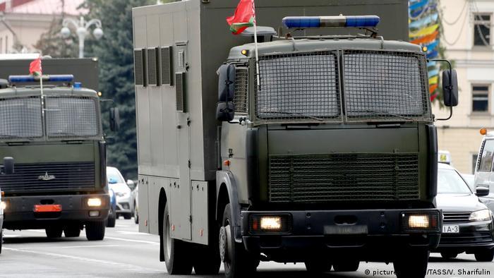 Військові вантажівки прямують у центр Мінська
