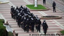 Belarus Minsk Polizei auf dem Unabhängigkeitsplatz vor der Großdemonstration