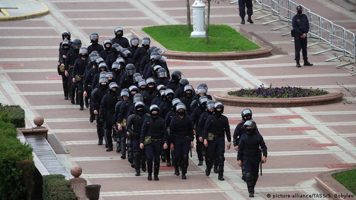 Представники білоруського ОМОНу на площі Незалежності