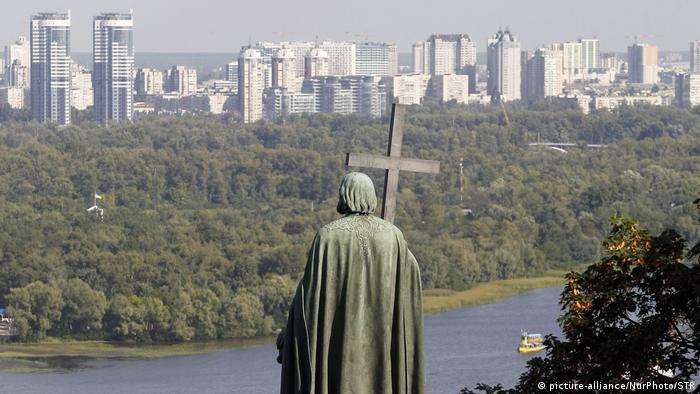 Ukraine Ufer von Kiew über den Fluss Dnipro und das Denkmal des Heiligen Wladimir