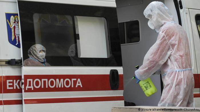 Дезінфекція карети швидкої допомоги після перевезення хворого на COVID-19 до Олександрівської лікарні у Києві