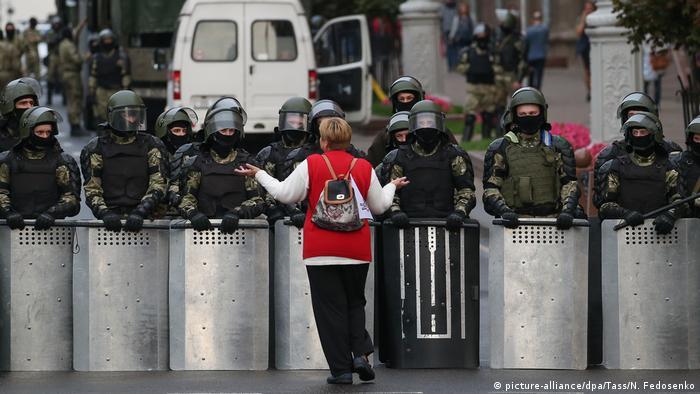 Учасниця акції протесту перед кордоном силовиків