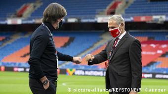 Тренер сборной Германии Йоги Лёв и директор сборной Швейцарии Пьерлуиджи Тами перед матчем УЕФА 6 сентября