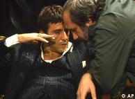 آل پاچینو در کنار براین د پالما، کارگردان فیلم «صورت زخمی». این فیلم در سال ۱۹۸۳ به روی پرده آمد.این فیلم درباره زندگی تونی مونتانا(با بازیگری آل پاچینو)، یک پناهنده کوبایی است که به فلوریدا آمده. د پالما در این فیلم به چگونگی تبدیل شدن مونتانا به گانگستر اول میامی و سپس سقوط او میپردازد.
