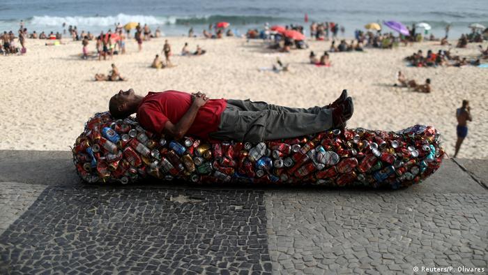 BdTD   Brasilien Rio de Janeiro   Pfandsammler macht Pause am Strand (Reuters/P. Olivares)