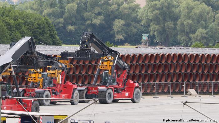 Rury gazociągu Nord Stream 2 składowane w porcie Sassnitz