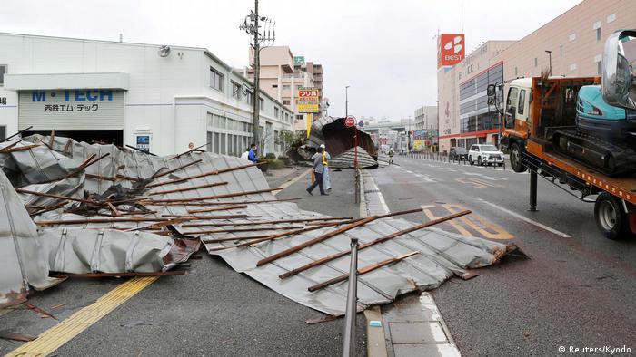 Nach dem Durchzug des Taifuns Haishen liegt das Dach einer Autofabrik auf einer Straße der japanischen Stadt Fukuoka (Reuters/Kyodo)