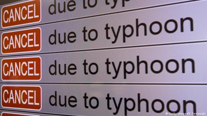 Display am Flughafen der japanischen Stadt Fukuoka zeigt an: Cancel - due to typhoon | Taifun Haishen (Getty Images/Y. Yamazaki)