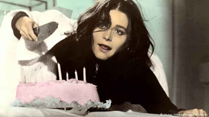 Film still from 'Sisters': Margot Kidder about to cut a pink cake with a big knife (Imago Images/United Archives)