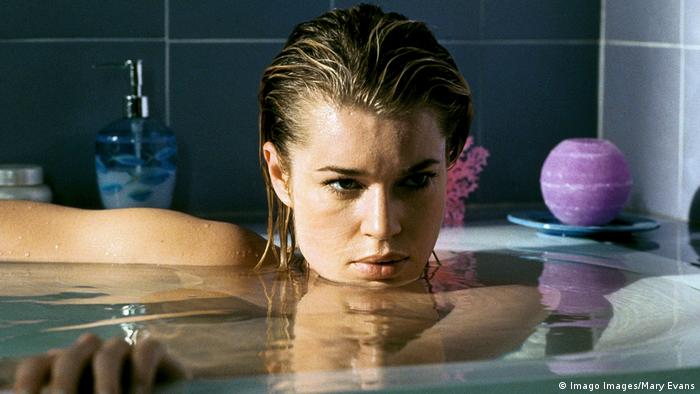 Film still 'Femme Fatale': Rebecca Romijn-Stamos in a bath filled to the top (Imago Images/Mary Evans)