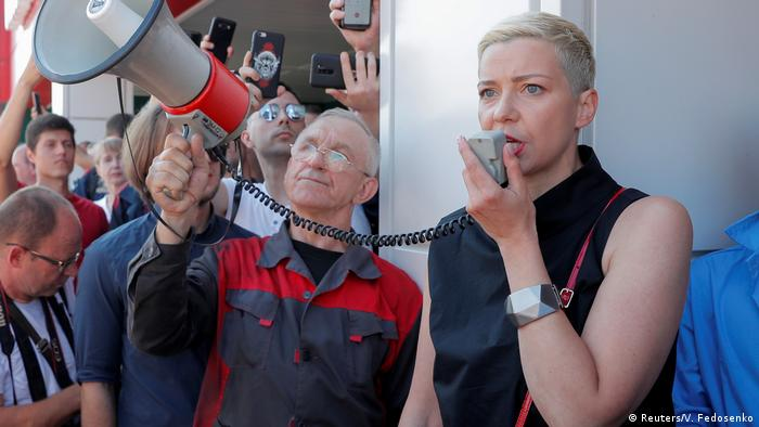 المعارضة البيلاروسية ماريا كولسنيكوفا تلقي كلمة أمام المحتجين في إحدى المظاهرات