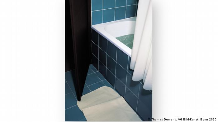 Thomas Demand, Bathroom, a bathtub filled with water, the shower curtain drawn halfway (Thomas Demand, VG Bild-Kunst, Bonn 2020)