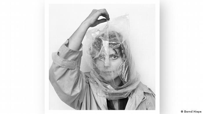 Cornelia Schleime with a clear plastic bag over her head (Bernd Hiepe)