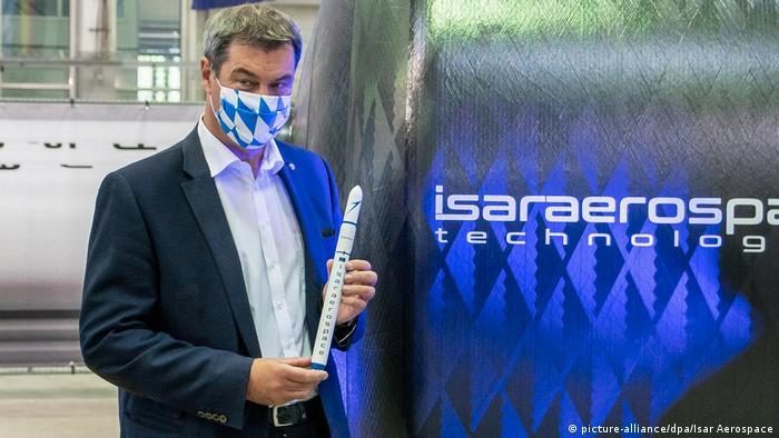 Bayerns Ministerpräsident Markus Söder mit einem Modell der Spectrum-Rakete bei der Eröffnung der Isar-Aerospace-Produktionshallen in Ottobrunn (07.09.2020) (picture-alliance/dpa/Isar Aerospace)