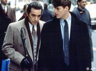 صحنهای از فیلم «بوی خوش زن» محصول سال ۱۹۹۲. آل پاچینو که در این فیلم نقش یک افسر نابینا را بازی میکند، به خاطر بازیگریاش جایزه اسکار بهترین هنرپیشهی مرد را دریافت کرد.