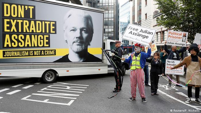 Cartel pidiendo que no se extradite a Julian Assange de Gran Bretaña hacia Estados Unidos.
