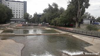 Вода в русле реки в Алма-Ате
