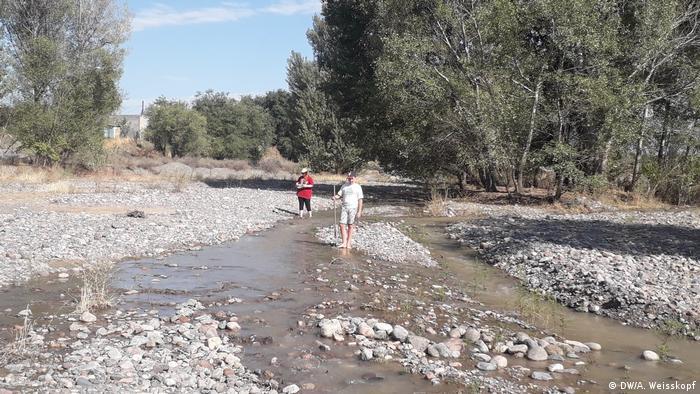 Люди идут по руслу реки Есик.