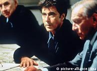 آل پاچینو (چپ» در فیلم «نفوذی» محصول سال ۱۹۹۹. او در این فیلم نقش یک تهیهکنندهی متعهد تلویزیونی را بازی میکند که پرده از زد و بندها و فضاحتهای شرکتهای دخانیات برمیدارد.