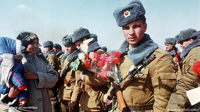 در فوریه ۱۹۸۸ گورباچف خروج نیروهای اتحاد شوروی از افغانستان را آغاز کرد و تا سال بعد تمام نیروهایش را بیرون کشید. اما جنگ داخلی در آن کشور ادامه یافت و نهایتاً مجاهدین افغانستان حکومت نجیبالله را که طرفدار شوروی و بلوک سوسیالیستی بود، سرنگون کردند. بین سالهای ۱۹۷۹ و ۱۹۸۹ حدود ۱۵ هزار نفر از شهروندان شوروی در این جنگ کشته شدند.