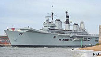 Die HMS Ark Royal verläßt Portsmouth, um Reisende aus Frankreich zurück zu bringen (Foto: AP)