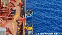 Malta Flüchtlinge in einem Boot neben dem Maersk Etienne Tanker