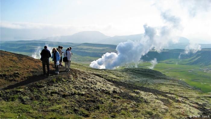 И днес част от исландците вярват в съществуването на елфи и тролове. Заради тези митични създания неведнъж са спирали важни строежи. А имаше дори времена, когато специалистка консултираше правителството по въпросите на елфите и троловете.