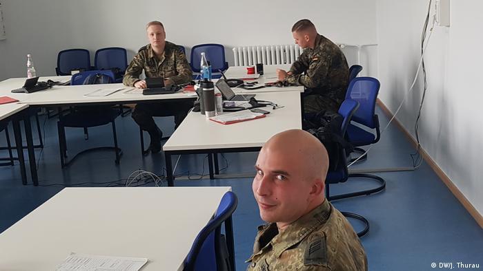 Berlin Soldaten bei der Corona Nachverfolgung (DW/J. Thurau)