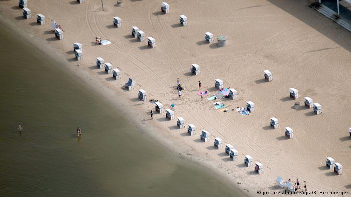 En Berlín hay muchos lagos. Uno de los favoritos de los locales es el Wannsee, que tiene espacio para hasta 50.000 bañistas. Su playa de arena fina de 1.200 metros de largo da la sensación de estar en el mar y no en la capital de Alemania. Lo cierto es que parte de esa arena fue transportada hasta allí desde el mar Báltico.