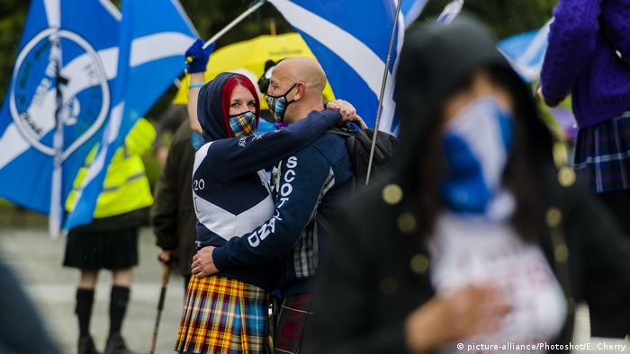 Kelompok pro kemerdekaan menggelar demonstrasi damai menuntut referendum di Edinburg, Agustus 2020.