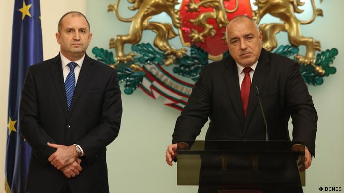 El presidente de Bulgaria, Rumen Radev (izq.), criticó al saliente primer ministro Boris Borisov (der.).