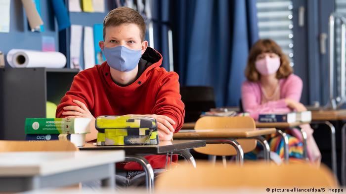 Deutschland Unterhaching |Schulunterricht (picture-alliance/dpa/S. Hoppe)