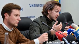 Антон Родненков (слева) и Иван Кравцов на пресс-конференции в Киеве 8 сентября 2020 года