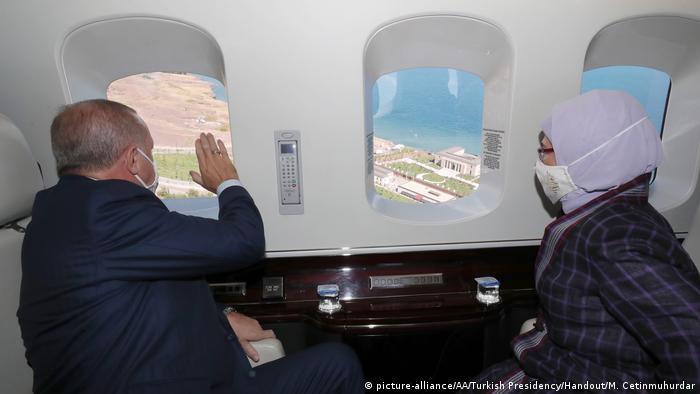 الرئيس أردوغان رفق عقيلته على متن طائرة ينظران منها إلى مبنى الإقامة الصيفية.