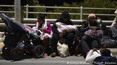 Πρόσφυγες και μετανάστες με τα λιγοστά υπάρχοντά τους λίγες ώρες μετά το ξέσπασμα της πυρκαγιάς. Άθλιο που η ΕΕ μόνο κοίταζε όλο αυτό το διάστημα γράφει η Frankfurter Allgemeine Zeitung.