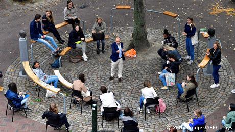 Profesor Edvard Nejvinhojs sa Univerziteta Ruzvelt koledž drži predavanje pred 25 studenata na trgu u centru Midelburga u Holandiji. Razlog, naravno: mere opreza zbog korone.