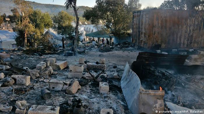 Griechenland Insel Lesbos | Moria Brand im Flüchtlingslager (picture-alliance/AP/P. Balaskas)